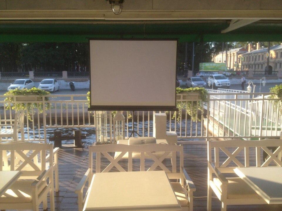 Kinoteatr pod otkrytym nebom. Kinopokazy na pontone Prichal 1 - teplokhod-restoran River Lounge
