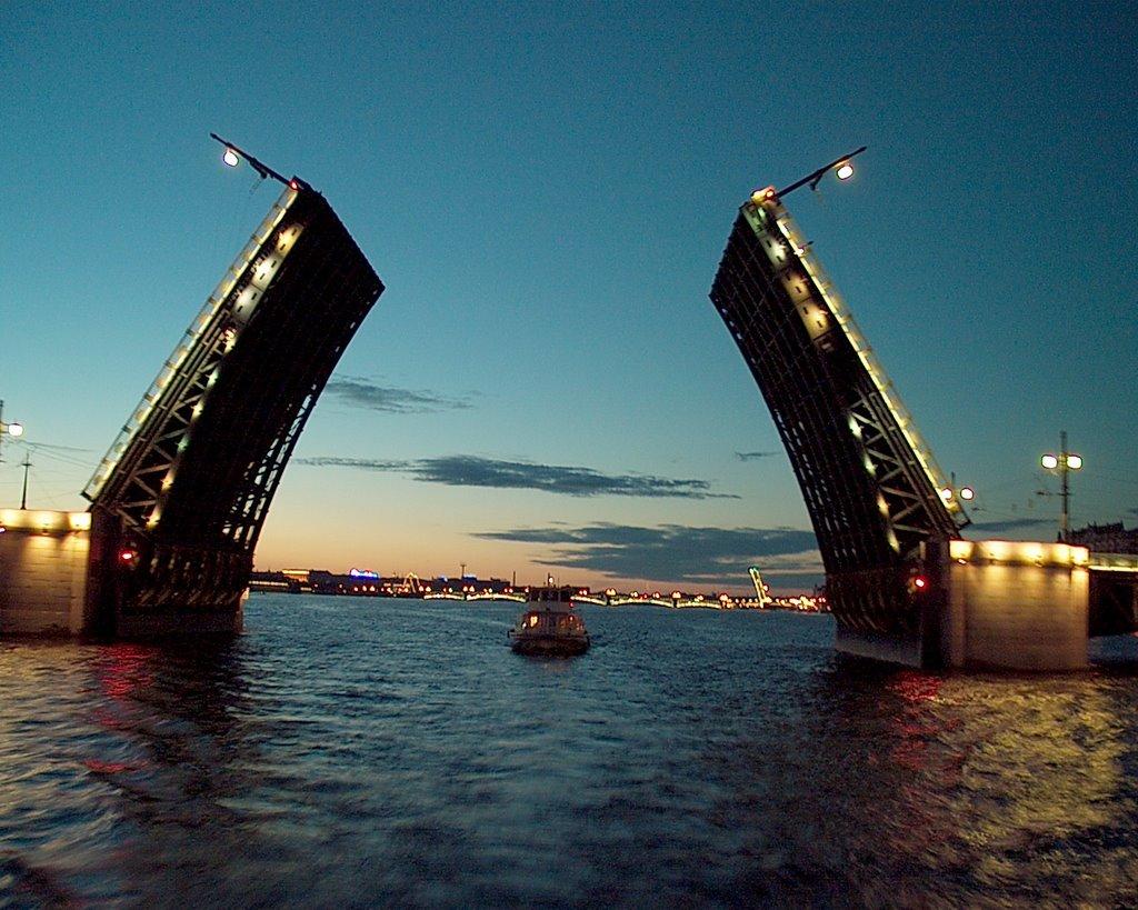 Nochnye progulki na teplokhode. Razvod mostov s teplokhoda River Lounge_3
